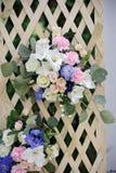 Enrejado hermoso de la boda adornado con las flores Fotos de archivo libres de regalías