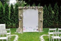 Enrejado hermoso de la boda adornado con las flores y la enhorabuena en bandera Fotos de archivo