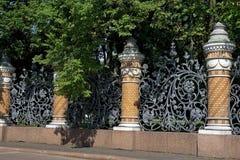 Enrejado ornamental en el jardín del verano, St Petersburg Fotos de archivo