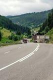 Enrolamento da estrada asfaltada através dos montes da flor dentro imagem de stock