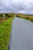 Enrolamento da estrada na distância na ilha de Skye fotografia de stock royalty free