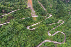 enrolamento e estrada das curvas no parque nacional da montanha de Tianmen, Hunan Foto de Stock Royalty Free