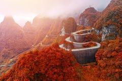 enrolamento e estrada das curvas no parque nacional da montanha de Tianmen, Hunan Imagem de Stock