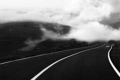Enrolamento preto e branco da estrada nas montanhas fotografia de stock royalty free
