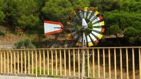 Enrole o giro lentamente das lâminas do moinho de vento do weathervane pela estrada, previsão de tempo filme