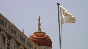 Enrole o sopro através de uma bandeira na frente de um templo indiano video estoque