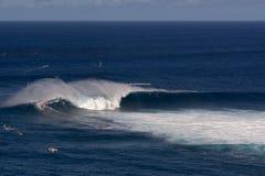 Enrole o surfista em Peahi ou as maxilas surfam a ruptura, Maui, Havaí, EUA Fotografia de Stock