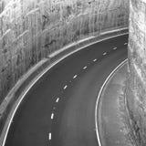 Enrollamiento de la carretera principal en el túnel Fotos de archivo