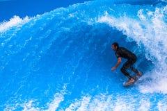 Enrollamiento de la depresión de la persona que practica surf de la acción de la piscina de la onda Imagen de archivo