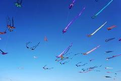 Enrolle el festival en la playa de Bondi, Sydney, Australia el 10 de septiembre de 2017 Las cometas coloridas en el cielo como ev fotografía de archivo libre de regalías