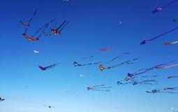 Enrolle el festival en la playa de Bondi, Sydney, Australia el 10 de septiembre de 2017 Las cometas coloridas en el cielo como ev imagen de archivo