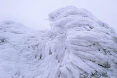 Enrolle el modelo pintado de la textura de la nieve en el fondo de piedra imagenes de archivo
