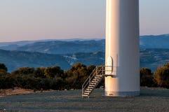 Enrolle la entrada de la torre, montañas azules en fondo Imagen de archivo