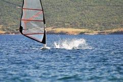 Enrolle a la persona que practica surf que cae apagado el tablero, actividad del deporte acuático Foto de archivo libre de regalías