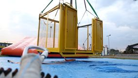 Enrolle la plataforma de salto en el parque de atracciones abandonado, estación baja del amortiguador auxiliar móvil metrajes