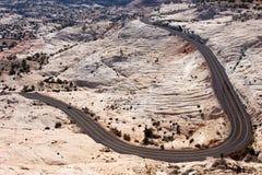 Enroulement d'omnibus autour de l'horizontal de désert Photos stock