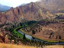 Enroulement de rivière de l'Orégon par des montagnes Photo stock