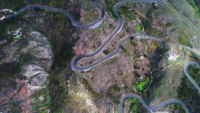Enroulement de route en montagnes banque de vidéos