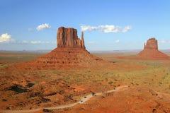 Enroulement du trafic par la vallée de monument en Arizona Photos stock