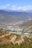 Enroulement ou route goudronnée incurvée sur la colline avec la vue de Thimphou photos libres de droits