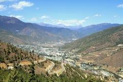 Enroulement ou route goudronnée incurvée sur la colline avec la vue de Thimphou photographie stock libre de droits