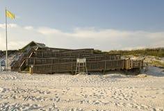 Enroulement réglé des rampes en bois sur la plage Image stock