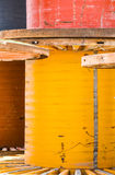 Enrouleurs de câbles en métal peints oranges, bleu, rouge Photographie stock libre de droits