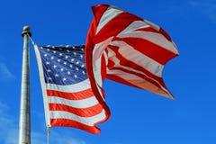 Enroulez le drapeau enflé des Etats-Unis des Etats-Unis d'Amérique au-dessus du fond de ciel Images libres de droits