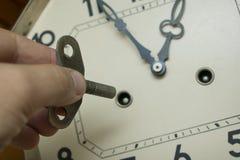 Enroulez le mécanisme de montre de la vieille horloge de pendule images stock