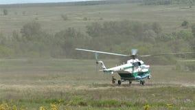 Enroulez le tir les soldats de force que spéciale sortent d'un hélicoptère au champ de bataille banque de vidéos
