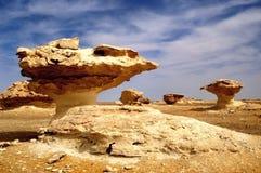 Enroulez les sculptures modelées en roche dans le désert blanc Egypte Images libres de droits