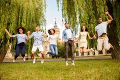 Enrrollado, libertad, estudiantes, amistad, concepto del verano Seis feliz Imagen de archivo