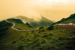 Enrrollamiento caminando la trayectoria a lo largo de un canto herboso de la montaña en el rastro histórico de Caoling en costa e Imagen de archivo