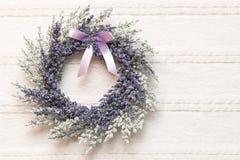 Enrruelle con las flores de la lavanda en fondo de la tela del cordón Fotografía de archivo