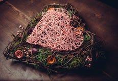Enrruelle en una forma del corazón hecha de hierba Imagen de archivo