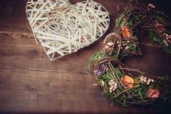 Enrruelle en una forma del corazón hecha de hierba Foto de archivo