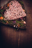 Enrruelle en una forma del corazón hecha de hierba Fotografía de archivo libre de regalías