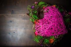 Enrruelle en una forma del corazón hecha de hierba Foto de archivo libre de regalías