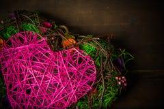 Enrruelle en una forma del corazón hecha de hierba Fotos de archivo
