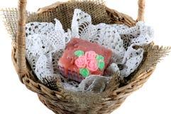 Ensaboe o guardanapo feito a mão do laço em uma cesta de vime foto de stock royalty free