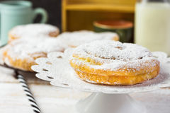 Ensaimada espanhol ou filipino tradicional da pastelaria Pulverizado, na cremalheira refrigerando e no bolo branco esteja Garrafa Fotografia de Stock
