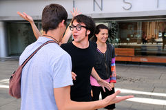 Ensaio do dell'arte de Commedia dos atores na rua fotos de stock