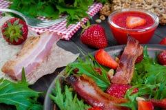 Ensalada útil de la fresa con el arugula, las nueces y el tocino, salsa de la baya Imagen de archivo libre de regalías