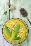 Ensalada acodada con el lirio de los valles de la decoración de la primavera Imagenes de archivo