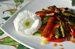 Ensalada ahumada de la anguila adornada en estilo del restaurante Fotografía de archivo libre de regalías