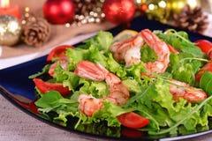 Ensalada, arugula y tomates festivos del camarón Foto de archivo
