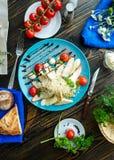 Ensalada César con los cuscurrones, los huevos de codornices, los tomates de cereza y el gril Foto de archivo
