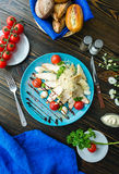 Ensalada César con los cuscurrones, los huevos de codornices, los tomates de cereza y el gril Imagenes de archivo