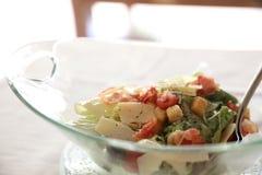 Ensalada César con tocino curruscante del pollo y comida sana del queso imagenes de archivo