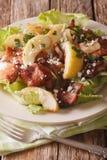 Ensalada caliente con tocino, las cebollas, la manzana verde y la macro del queso de cabra Foto de archivo libre de regalías